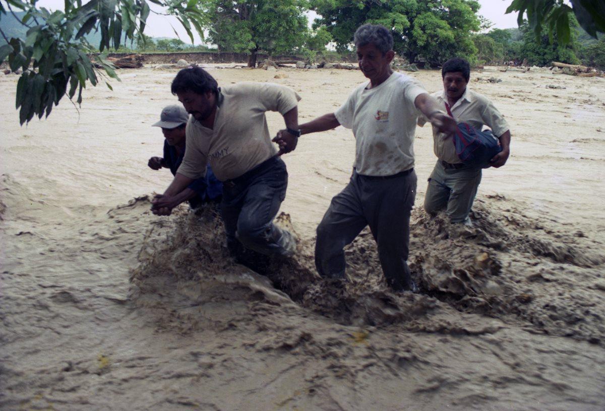 Destrucción causada por el huracán Mitch a su paso por Guatemala. (Foto: Prensa Libre: Hemeroteca PL)