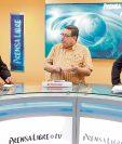 Víctor Hugo Figueroa, vicepresidente de la Asociación de Empresarios de Autobuses Urbanos —al centro—, conversa con los periodistas Henry Pocasangre y Álex Rojas.