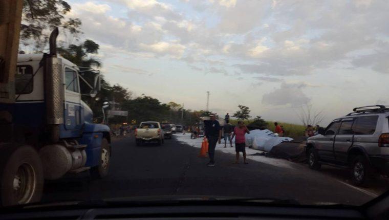 Pobladores recogen el azúcar que cayó del camión. (Foto Prensa Libre: Cortesía)