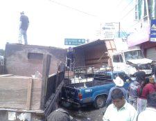 Automotores involucrados en accidente quedan dañados, en Cuatro Caminos, Totonicapán. (Foto Prensa Libre: Édgar Domínguez)