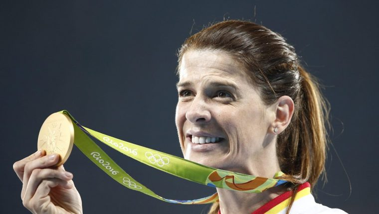 Ruth Beitia luce con orgullo la medalla de oro que ganó en Río 2016. (Foto Prensa Libre: EFE).