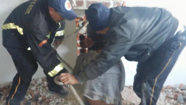 Bomberos rescatan al presunto delincuente en Totonicapán. (Foto Prensa Libre: Édgar Domínguez).