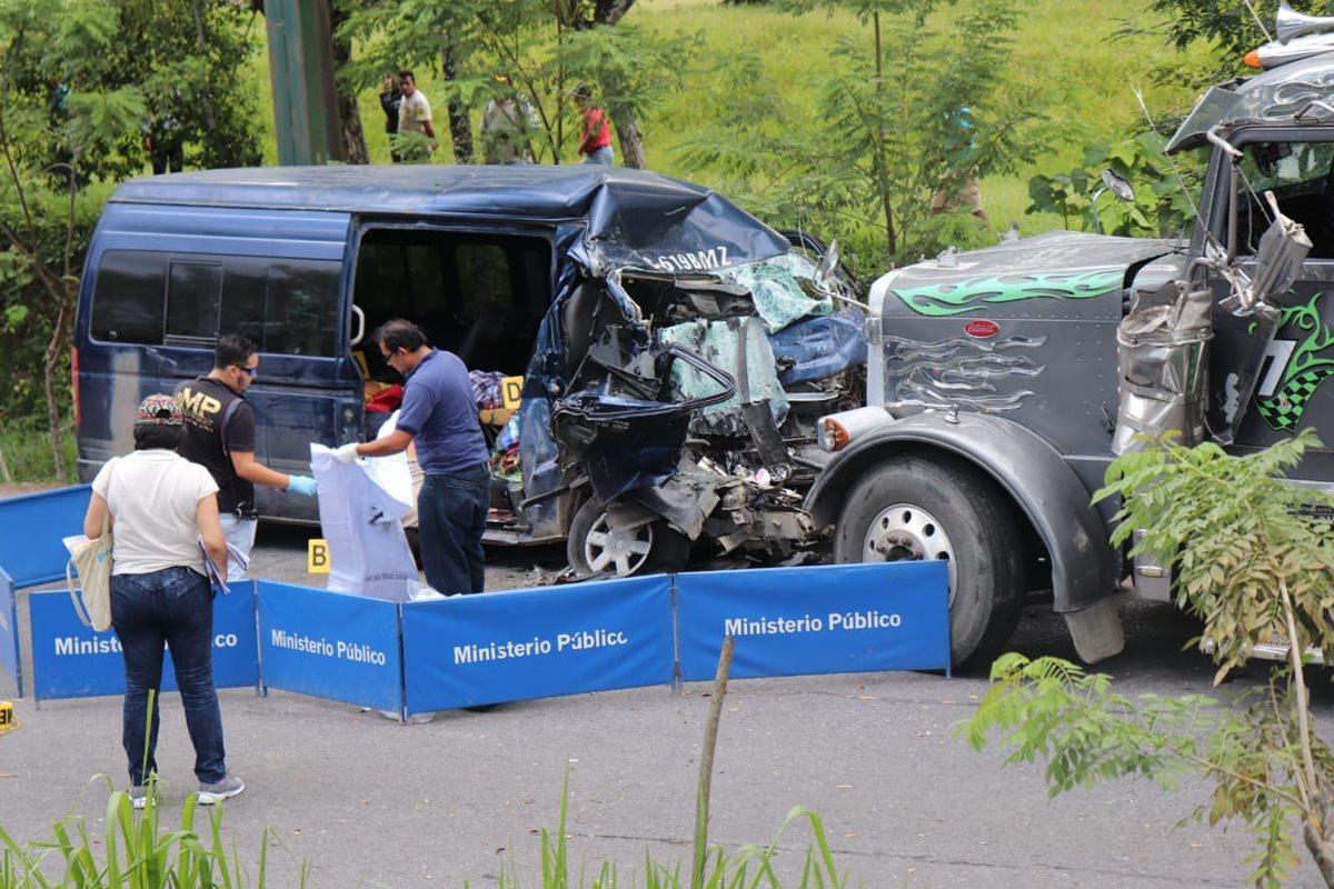 Un tráiler colisionó con un microbús en Puerto Barrios, Izabal, el 28 de septiembre últimos, donde murieron ocho personas. (Foto Prensa Libre: Dony Stewar)