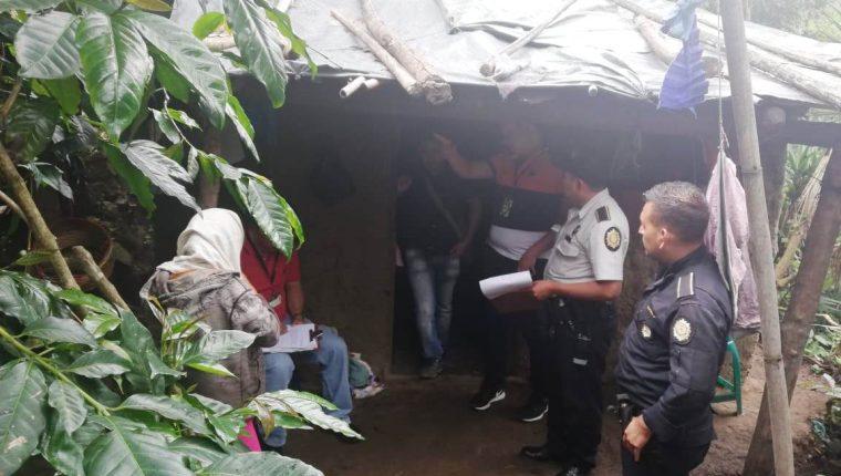 Autoridades ingresan a la vivienda donde hallaron estrangulado a un bebé de 11 meses, cuyo padre es buscado por la Policía. (Foto Prensa Libre: Mario Morales)