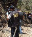 Investigadores reúnen indicios en el lugar donde localizado el cadáver del empresario, en Ipala. (Foto Prensa Libre: Mario Morales).