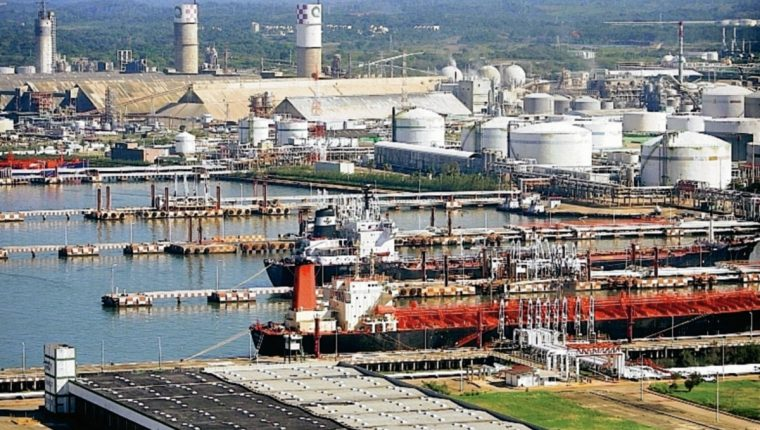 Aspecto de una refinería de petróleo. (Hemeroteca PL)