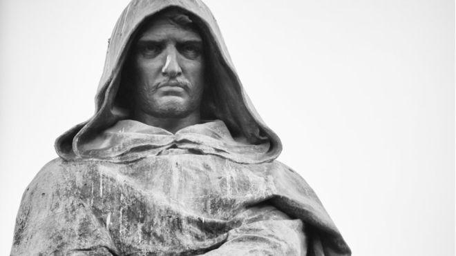 Hoy en día una estatua homenajea en Roma el lugar donde Giordano Bruno fue quemado vivo hace más de cuatro siglos. GETTY IMAGES