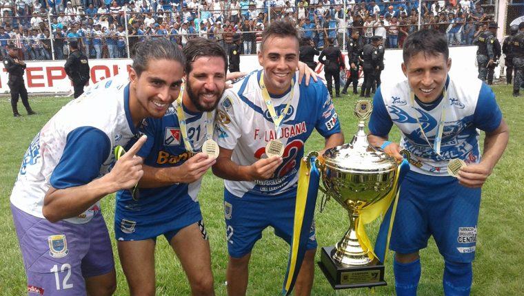 Monsalve, Germi, Ladogana y Zalazar posan con la copa y su medalla en el Carlos Salazar. (Foto Prensa Libre: Melvin Popá)