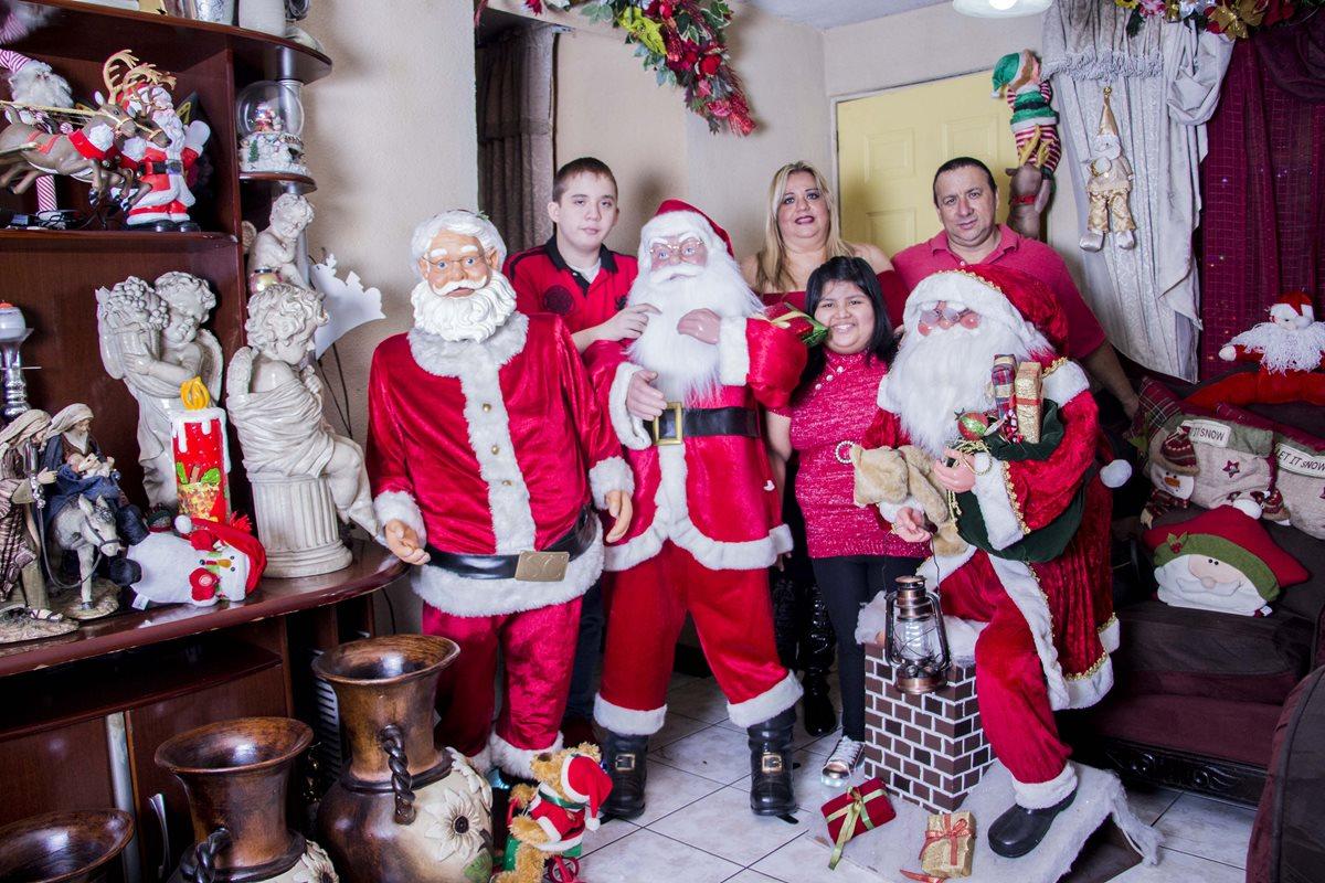 Este año, la familia Hernández Ramírez escogió el rojo para resaltar la decoración de su vivienda, ubicada en San Miguel Petapa. (Foto Prensa Libre: Paulo Juárez)