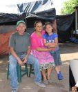 Los padres de Pedro Perebal, el joven políglota (inserto), y una sobrina. (Foto Prensa Libre: Héctor Cordero)