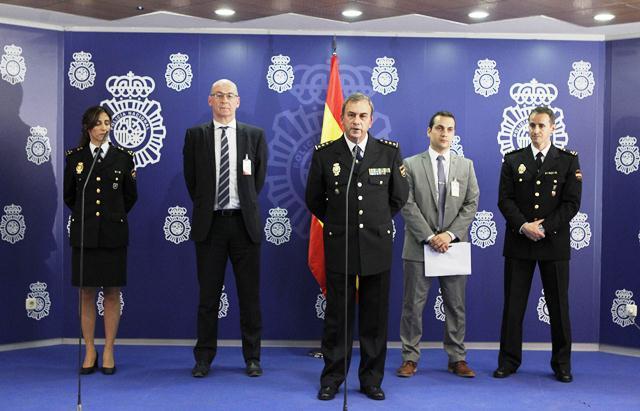 El comisario jefe de la Brigada de Investigación Tecnológica de la Policía Nacional, Rafael Pérez junto a miembros de la Interpol y Europol, al anunciar la desarticulación de la red. (Foto Prensa Libre: EFE)