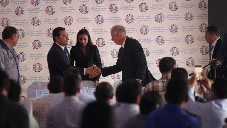 El alcalde Álvaro Arzú saluda al presidente Jimmy Morales en la reunión de alcaldes en Infom. (Foto Prensa Libre: Erick Avila)