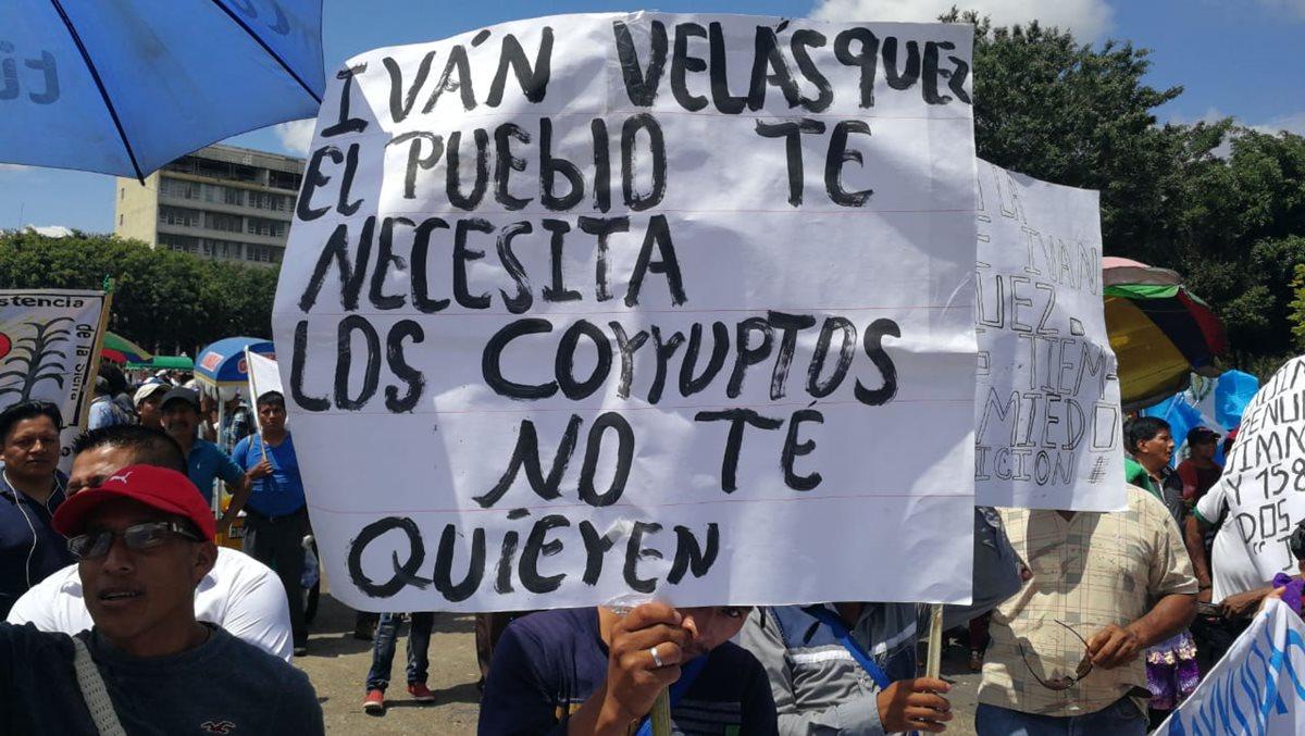 Manifestantes en la Plaza de la Constitución muestran pancartas en rechazo a la corrupción.