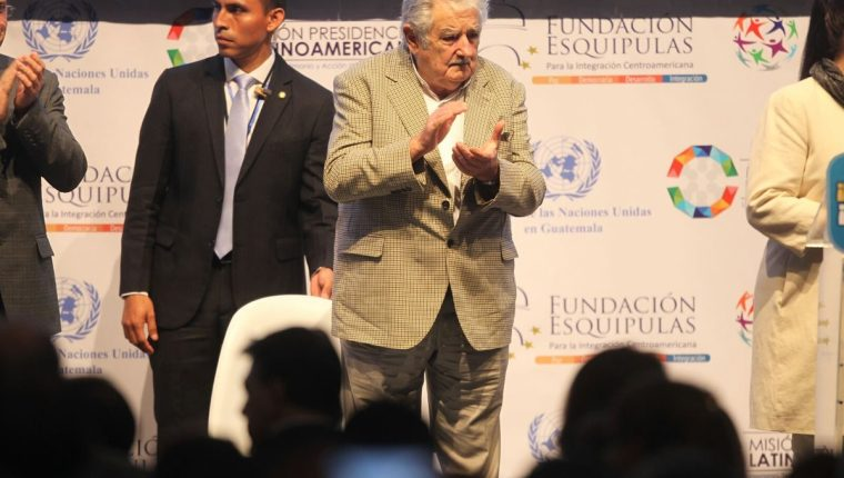El expresidente uruguayo habló de política durante más de una hora ante unos mil 500 asistentes. (Foto Prensa Libre: Esbin García)