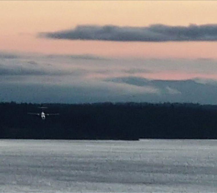 Imagen filmada por un espectador muestra el avión de pasajeros caer al agua tras ser robado del aeropuerto Seattle-Tacoma, Washington. (Foto Prensa Libre:AFP)