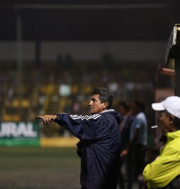 Francisco Melgar, entrenador de Iztapa, se llevó un punto valioso en el Julio Cóbar. (Foto Prensa Libre: Edwin Fajardo)