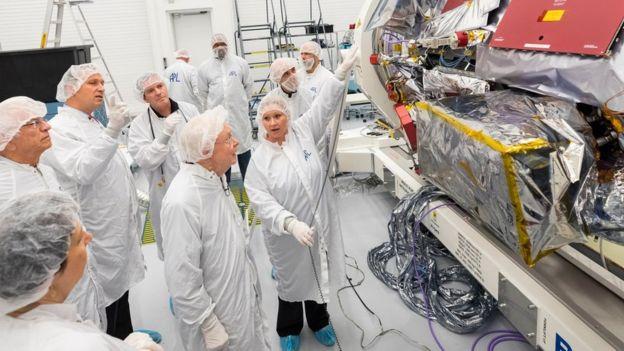 Eugene Parker, de 91 años, profesor emérito de la Universidad de Chicago, visitó a los ingenieros del Laboratorio de Física Aplicada de la Universidad John Hopkins para ver la sonda que lleva su nombre. (NASA)
