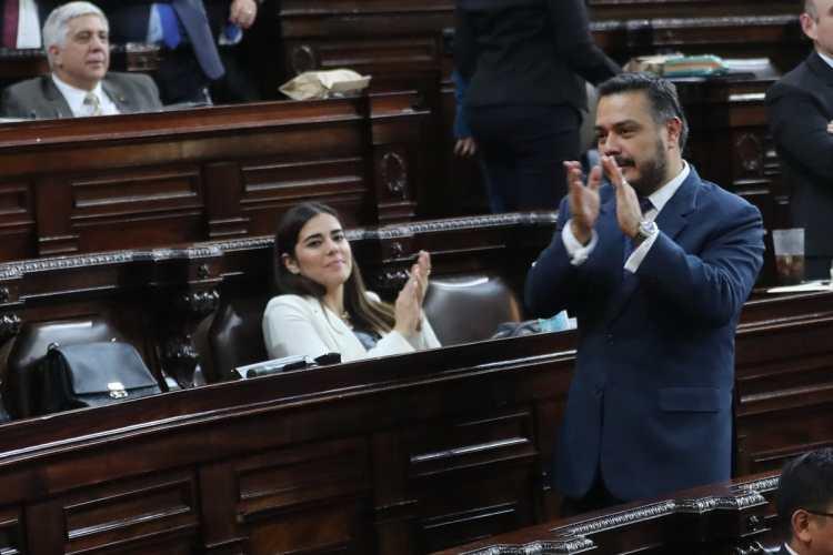 Patricia Sandoval y Javier Hernández aplauden al escuchar que Alvaro Arzú Escobar, fue ratificado como presidente del Congreso.