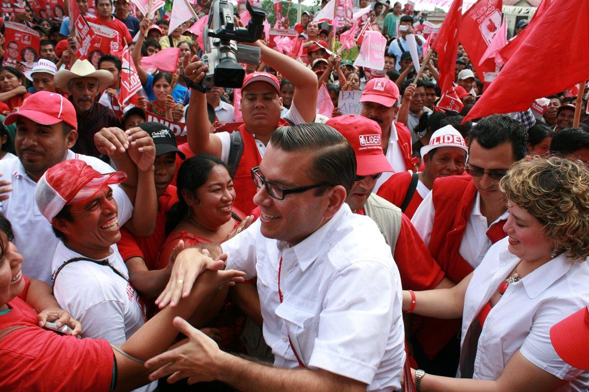 Manuel Baldizón acompañado de su esposa Rosamaria durante una gira de trabajo en Cobán. (Foto Prensa Libre: HemerotecaPL)