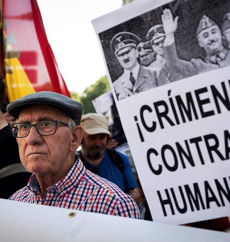 Colectivos de la Memoria Histórica convocan una concentración frente al Congreso español para exigir la exhumación de los restos de Franco. (Foto Prensa Libre: EFE)