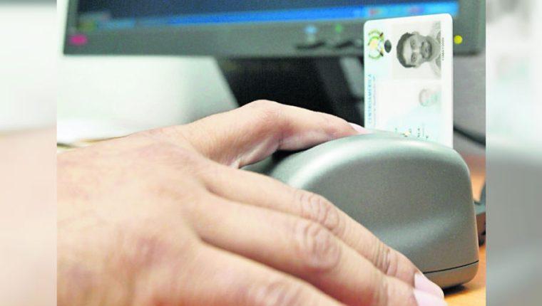El Renap busca subir otra licitación para adquirir 2 millones de tarjetas para emitir el DPI. (Foto Prensa Libre: Hemeroteca PL)