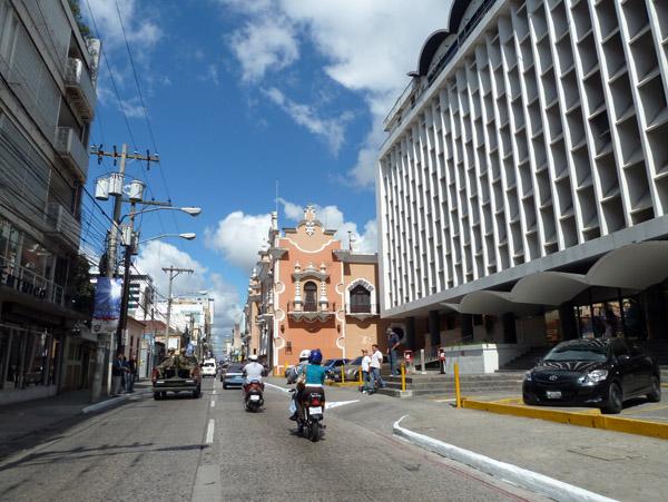 La suspensión de energía eléctrica afectó la zona 1 por más de una hora, en la zona 5 la interrupción tarda más. (Foto, Prensa Libre: Natiana Gándara)