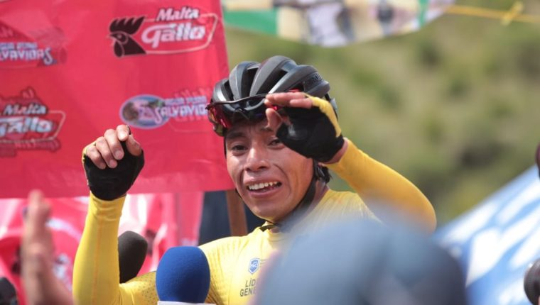 Alfredo Ajpacajá fue llevado en brazos por sus seguidores de Totonicapán. (Foto Prensa Libre: Norvin Mendoza)