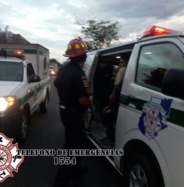 Socorristas atienden a algunos de los heridos en el accidente. (Foto Prensa Libre: @CBMDEPTAL).