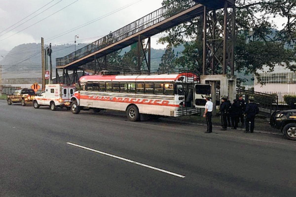 Autobús que fue asaltado en el km 38.5 de la ruta al Pacífico, en Palín, Escuintla. (Foto Prensa Libre: Bomberos Voluntarios)