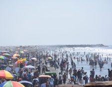Miles de personas abarrotan la playa pública del Puerto San José, Escuintla. Las autoridades implementan cuadrillas de aseo. (Foto Prensa Libre: Enrique Paredes)