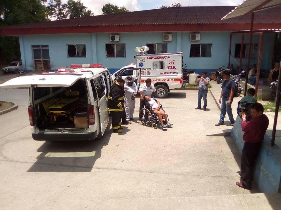 El grupo de maestros bloqueó los accesos al Aeropuerto Mundo Maya cuando fue atacado por las abejas. (Foto Prensa Libre: Rigoberto Escobar)