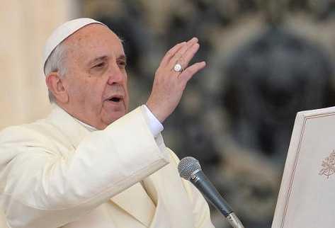 El papa Francisco bendice a los fieles en el Vaticano. (Foto Prensa Libre: AFP).