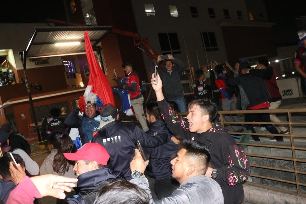 Un grupo de 300 aficionados acudió a las afueras del hotel de concentración de los cremas con sus tambores, cánticos y pirotecnia. (Foto Prensa Libre: Raúl Juárez)