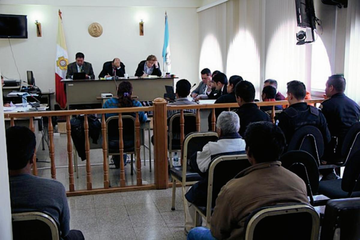 Autoridades comunales  son enjuiciadas en el Tribunal  de Sentencia Penal de Totonicapán por el linchamiento de un hombre. (Foto Prensa Libre: Edgar Domínguez)