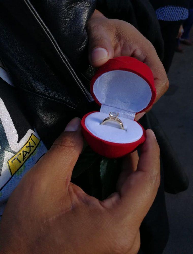 Este misterioso fan de Arjona se proponía a pedirle matrimonio a su novia en el concierto del domingo. (Foto Prensa Libre: Anna Lucía Ibarra).