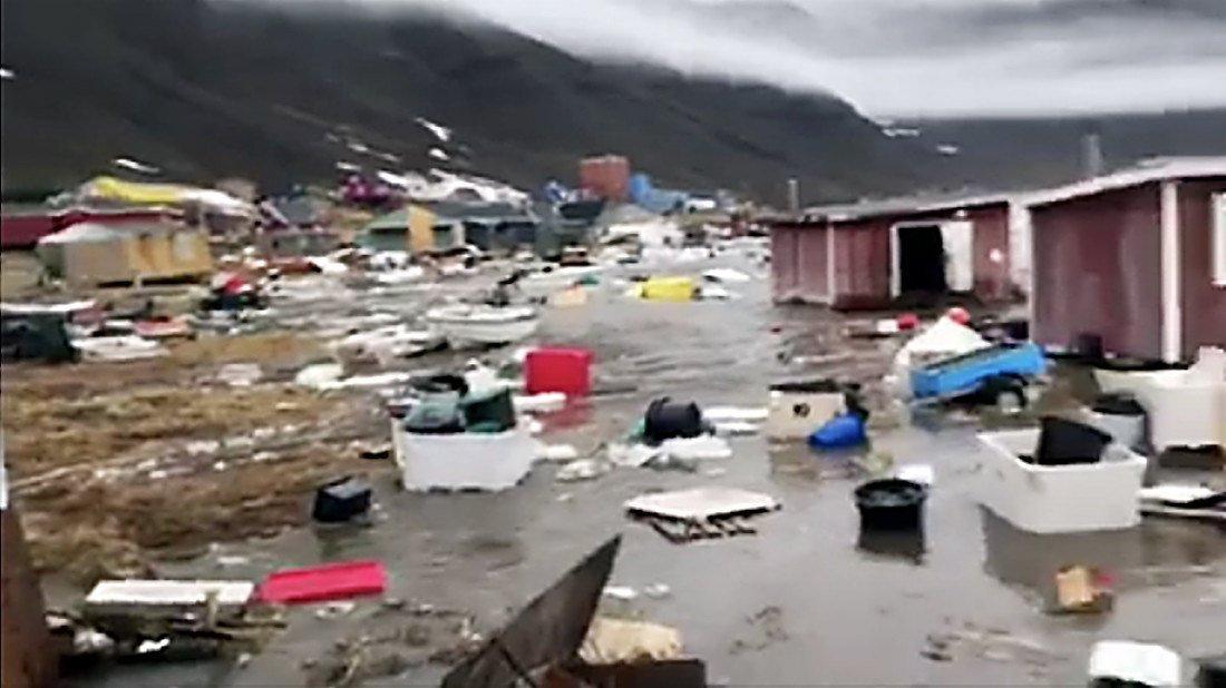 Familias fueron evacuadas luego de que olas gigantes azotaran la costa oeste de Groenlandia.(Foto Prensa Libre: EFE)