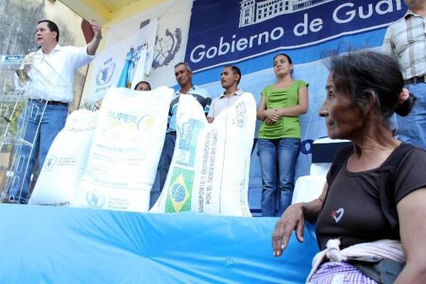 """Familias de Champerico fueron beneficiadas con entrega de alimentos por parte del Gobierno. (Foto Prensa Libre: Rolando Miranda)<br _mce_bogus=""""1""""/>"""