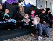 Palestinos que lograron escapar de Al Yarmuk esperan asistencia en una escuela de la capital siria, Damasco. (Foto Prensa Libre: AFP).