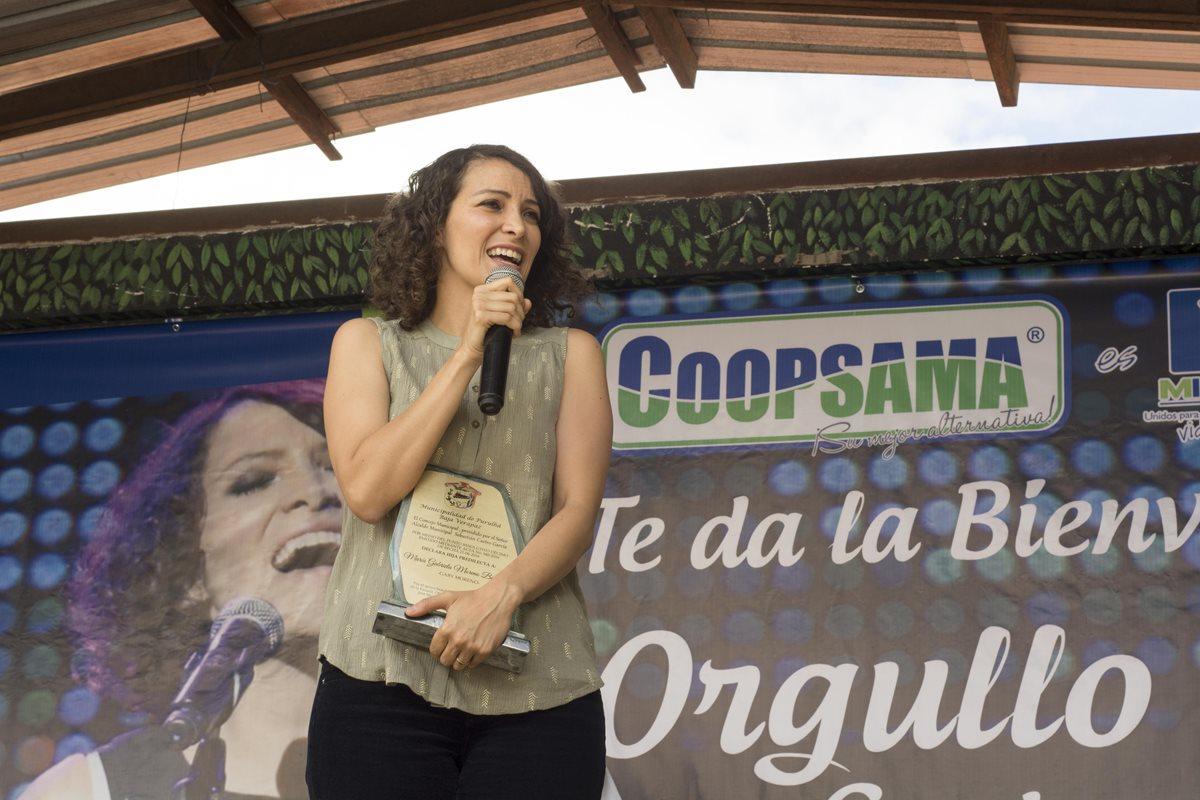 Gaby Moreno dona computadoras a escuela de Purulhá
