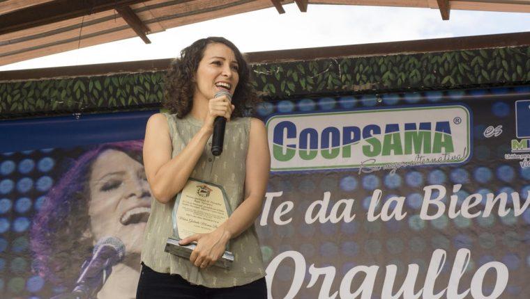 Gaby Moreno fue reconocida como hija predilecta del municipio de Purulhá.(Foto Prensa Libre: Carlos Grave)