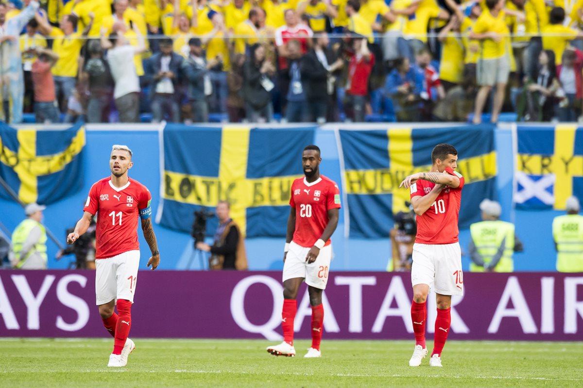 Los jugadores de la Selección de Suiza muestran su tristeza al quedar eliminados de Rusia 2018. (Foto Prensa Libre: EFE)