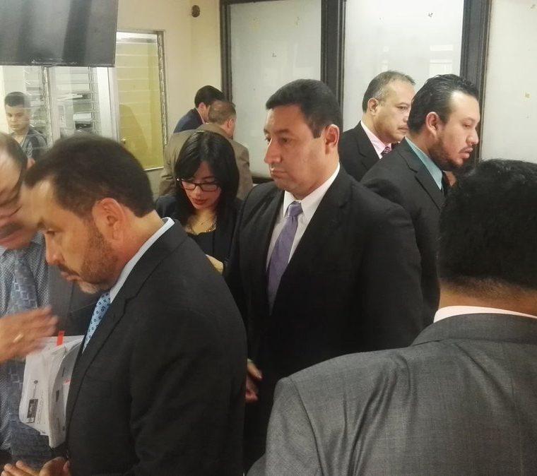 Mauricio López Bonilla habla con su abogado en la sala de audiencias. (Foto Prensa Libre: Jerson Ramos)