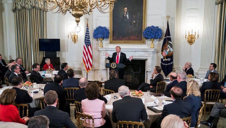 Donald Trump (c), participa en una reunión para prevenir balaceras con diferentes gobernadores en la Casa Blanca, Washington D.C, Estados Unidos.(Foto Prensa Libre:EFE).