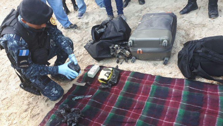 Dos mexicanos y dos guatemaltecos detenidos en Izabal, por transportar maletines con dólares en una aeronave. (Foto Prensa Libre: PNC)