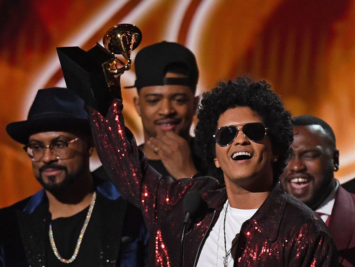 Bruno Mars recibe su tercer Grammy luego de haber ganado la categoría a MEjor Álbum del año en la gala número 60 de los premios Grammy. (Foto Prensa Libre: AFP)
