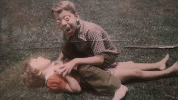 El susto que Guillermo del Toro, vestido de monstruo, le dio su hermana menor Susana cuando tenía unos 10 años fue colosal. (Foto: Rodolfo Guzmán/At Home With Monsters)