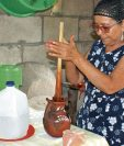 Rosaura Nufio prepara el tiste en un cántaro de barro, para darle un toque tradicional. (Foto Prensa Libre: Héctor Contreras)