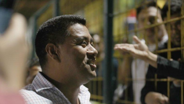 Gonzalo Romero habla con los algunos de los pocos aficionados de Deportivo Petapa que asistieron al estadio Julio Armando Cóbar para el partido contra Antigua GFC. (Foto Prensa Libre: Edwin Fajardo)