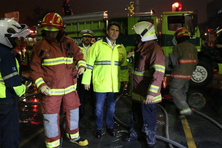 El alcalde Ricardo Quiñónez también llegó al centro comercial donde se produjo el incendio.