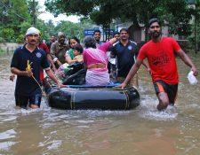 Rescatistas evacúan a pobladores de Kerala, India, por inundaciones. (Foto Prensa Libre: AFP)